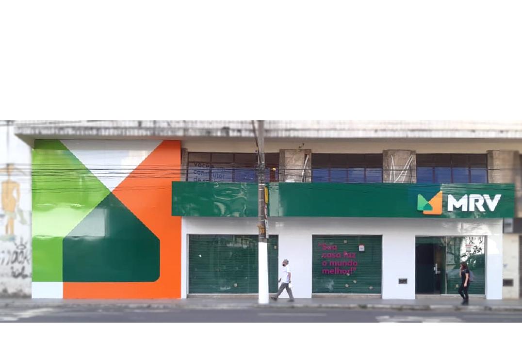Letreiros, painéis e fachadas